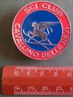 """04457 """"SCI CLUB CAVALLINO DELLE NEVI - DISTINTIVO METALL. SMALT. BICOLORE - DIAM. 40 MM"""" BADGE. ORIGINALE ANNI '60. - Sport Invernali"""