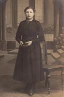 Carte Photo Originale Femme - Belle Jeune Fille Avec Livre Et Décor En Studio - - Personnes Identifiées