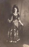 Carte Photo Originale Femme - Jeune Fille En Costume Traditionnel - Coiffe - Mode - Dentelles Noires - 2689 - Personas Identificadas