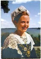 La Bretagne En Couleurs - Le Golfe Du Morbihan : Jeune Fille En Costume De L'île Aux Moines - Non écrite - 2 Scans - Ile Aux Moines