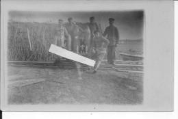 Soldats Allemands Et Chien Mascotte Sur 1 Wagonet Train Voie Réduite Decauville Devant 1dépot Camouflé Carte Photo 14-18 - Guerra, Militares