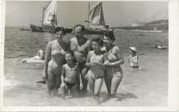 REAL PHOTO, Svimsuit Women Man And Kids On Beach, Femmes Maillot De Bain Homme Et Enfants Sur La  Plage  , Old  ORIGINAL - Non Classés