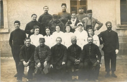 CARTE PHOTO GROUPE DE SOLDATS ET INFIRMIERES - Militaria