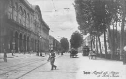 """04478 """"TORINO  - STAZIONE PORTA NUOVA - TRAMWAY BARRIERA CASALE"""" ANIMATA, CARRI. CART. POST. ILL. ORIG. SPEDITA 1912. - Stazione Porta Nuova"""
