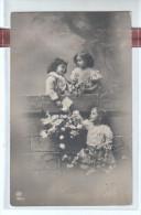 Fantaisie - Bonne Fête - Photo Groupe De Trois Jeunes Filles  Avec Des Bouquets De Fleurs , Deux Haut Du Muret - CPA - Gruppen Von Kindern Und Familien