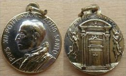 Mada-455 Médaille Ancienne   Pius XII En Métal Jaune Au Dos Anno Santo - Godsdienst & Esoterisme