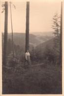 Photo Originale Femme - Femme Adossée à Un Arbre En Montagne - Vue - Paysage - - Personnes Anonymes