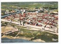 CPSM Aigues Mortes  Cité Médiéval  Vue Générale  Porte De La Reine  Tour De Constance  Et Les Canaux - Aigues-Mortes