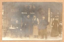 CARTE PHOTO - Café Et Bière -VINS - MAISON FAVRE -a Identifier (peut Etre, Si Vous Arrivé A Lire Les Affiches à Droite?) - Fotos