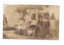 Carte Photo à Localiser : Famille Sur Le Perron De La Maison - Cartes Postales