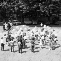 P71 - Groupe D'enfant Et Automobiles, Citroen 2CV Et Autres - Négatif Photo Années 1960 - Persone Anonimi