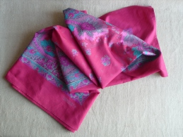 Foulard Souleiado En Coton Soyeux  Motif Fleuri, Rose Parme Bleu Ciel. Voir Les Photos. - Foulards