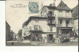 Vic-sur-Cère  15    La Place De L'Hotel De Ville Tres Tres Animée-La Fontaine -Epicerie Et Café - Sonstige Gemeinden