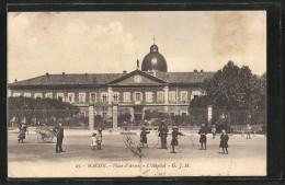 CPA Macon, Place D'Armes, L'Hopital Avec Spielenden Des Enfants - Macon