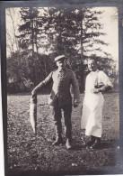 Photo Décembre 1914 BUSSU (près Péronne) - Soldat Allemand Avec Un Brochet Dans Le Parc Du Château (A125, Ww1, Wk 1) - France