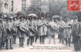 (36) Chateauroux - Les Gas Du Berry Dans Le Parc De La Préfecture - Vieilles Cornemuse - 2 SCANS - Chateauroux
