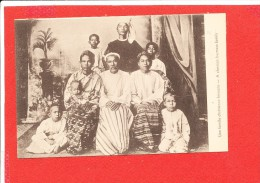 BIRMANIE  Cpa Animée Une Famille Chrétienne Birmane             Edit M E - Myanmar (Burma)