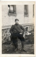 Un Soldat Assis. Carte Photo. - Régiments