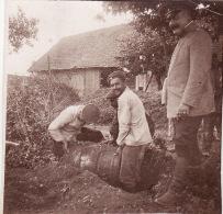 Photo 1915 BUSSU (près Péronne) - Soldats Allemands Déterrant Un Tonneau De Vin Chez Mme Gosset (A125, Ww1, Wk 1) - Guerre 1914-18