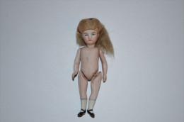 Petite Poupée Porcelaine Ancienne (recollée Au Niveau Du Dos) - Dolls