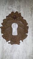 ANCIENNE Plaque De Trou De Serrure Au Décor De Feuille De Chêne Et Glands 5 X 6 Cm - Furniture
