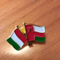 UNIVERSAL EXPO MILANO 2015. Pin Souvenir Avec Drapeaux Italien Et Du Sultanat D´OMAN. état Neuf - Pin's & Anstecknadeln