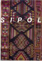Tissu Noir  Brodé  - Bhoutan - Timbres à Motifs Floraux Voyagé En 2006 - Bhutan