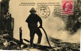 Bruxelles Exposition, L´Incendie Des 14-15 Aout 1910, Un Pompier Arrosant Le Brasier - Universal Exhibitions