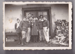 PHOTO ORIGINALE FORMAT 9X6 PRISONNIERS DE GUERRE LA COUPE DE BOIS DE CHAUFFAGE - Guerre, Militaire