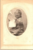 PHOTO TRES ANCIENNE D UNE PETITE FILLE AMERICAINE QUI LIT LE JOURNAL AVEC DES LUNETTES SPECIALES WHEATON ILLINOIS - Anonieme Personen
