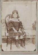 Photographie Montée Sur Carton/Petit Format/Petite Fille Assise Sur Chaise /Vers  1910   PHOTN66 - Non Classificati