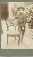 Photographie Montée Sur Carton/Petit Format/Jeune Garçon Accoudé à Une  Chaise /Vers  1910   PHOTN67 - Non Classificati