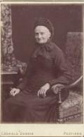 Photographie Montée Sur Carton /Grand Format//Vénérable Grand-Mére Assise/Dubois/Poitiers/Vers 1900 PHOTN81 - Non Classificati