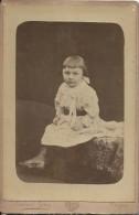 Photographie Montée Sur Carton /Grand Format//Fillette Assise Sur Un Pouf /Gros / Troyes /Vers 1900-1910 PHOTN85 - Non Classificati