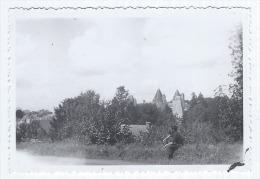 Photographie Ancienne, Années 30, Anonyme, Homme Au Bord De La Route Face à Josselin, Château Des Rohan (Morbihan, Br... - Places