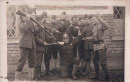 Fotokaart Carte Photo Kamp Camp De Beverloo ? Militair Soldaat Met Geweer Duitse Helm - Leopoldsburg (Camp De Beverloo)