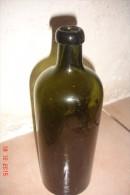 Bouteille Xixèverre Verre Vert Foncé ,Hunyadi Janos Bitterquelle .H:23 Cms ,D:8 Cms. - Autres Collections