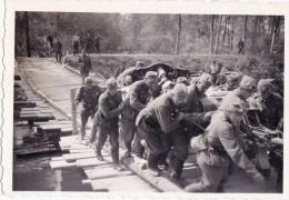 PHOTO ORIGINALE 39 / 45 WW2 WEHRMACHT FRANCE AISNE PASSAGE DES SOLDATS ALLEMANDS SUR UN PONT DE FORTUNE - Guerre, Militaire