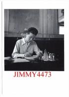 """CPM POST CARD - Simone De Beauvoir Aux """" Deux Magots """" Par Robert DOISNEAU - Scans Recto-Verso - Edit. Hazan Paris 1995 - Doisneau"""