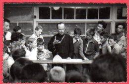 14 ARROMANCHES - Groupe Familial Aout 1956 - Le Père Daher Expliquant Un Jeu Chinois - Carte-photo - Arromanches