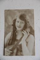 Femme à La Mandoline - Femmes