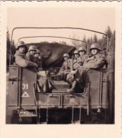 PHOTO ORIGINALE 39 / 45 WW2 WEHRMACHT BELGIQUE DINANT SOLDATS ALLEMANDS DANS UN CAMION EN ROUTE VERS LA VILLE COMBAT - Guerre, Militaire