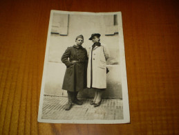 Carte Photo Militaire En Pied Avec Femme: Souvenir Ineffaçable De Ton Petit Poilu Lucien & Francine - Personnages