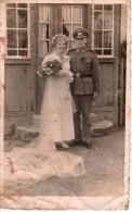 Carte Photo Originale Guerre 39-45 - Couple De Mariés Allemands - Mari Soldat En Uniforme, Et Femme En Robe De Mariée - Oorlog, Militair