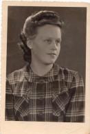 Photo Originale Femme - Portrait De Jeune Femme - Coiffure Années 50 - Signée Ecbel Berubuvg - Anonieme Personen