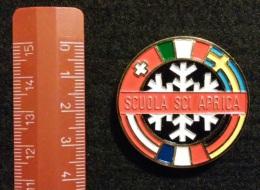 """04579 """"SCUOLA SCI APRICA - DISTINTIVO METALL. SMALTI POLICROMI - DIAM. 39 MM"""" BADGE. ORIGINALE. - Sport Invernali"""