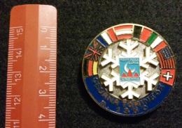 "04580 ""SCUOLA SCI CESANA TORINESE M. 1350 - DISTINTIVO METALL. SMALTI POLICROMI - DIAM. 40 MM"" BADGE. ORIGINALE. - Sport Invernali"