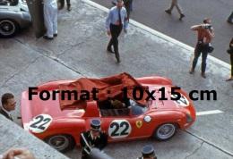 Reproduction D'une Photographie D'une Ferrari 250P Numéro 22 Arrêté Aux 24 Heures Du Mans De 1963 - Reproductions