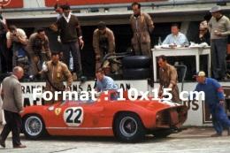 Reproduction D'une Photographie De La Ferrari 250P Numéro 22 Au Ravitaillement Aux 24 Heures Du Mans De 1963 - Reproductions