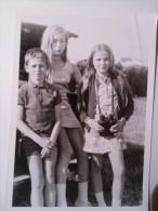 Belle Photo Ancienne D'un Jeune Garçon ,et De Deux Filles En Mini-jupe - Personnes Anonymes